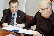 Dohodu o spolupráci podepsali šéf hospodářské komory Josef Ciglanský a hejtman Josef Novotný (zleva).