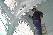 KOLONÁDA VYŽADUJE PÉČI. Historická dřevěná kolonáda potřebuje čas od času zásah řemeslníků.