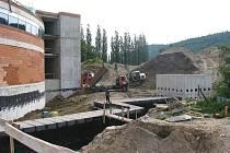 Kolem stavby karlovarské multifunkční haly (na snímku) vypukl další skandál.