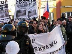 ATMOSFÉRA v Rotavě byla celou sobotu napjatá. Obchody a restaurace dokonce raději zavřely. Většina z místních pak přihlížela pochodu Dělnické strany sociální spravedlnosti.