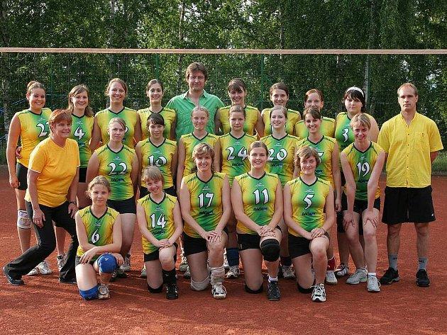 Slavnostní foto části dívčí sekce volejbalového klubu strenéry.