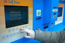 DVD si lze v Ostrově půjčit i v automatu.
