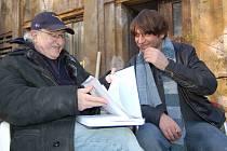 Neokoukaná tvář. Režisér Juraj Herz studuje s hlavním protagonistou Ivanem Fraňkem detaily scénáře. Ivan Franěk natáčí hlavně v zahraničí. Podle Juraje Herze se na danou roli výborně hodí.