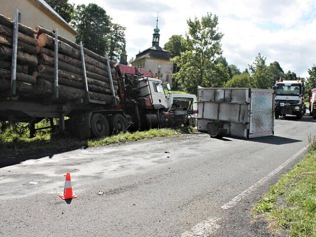 Místo dopravní nehody dvou náklaďáků.