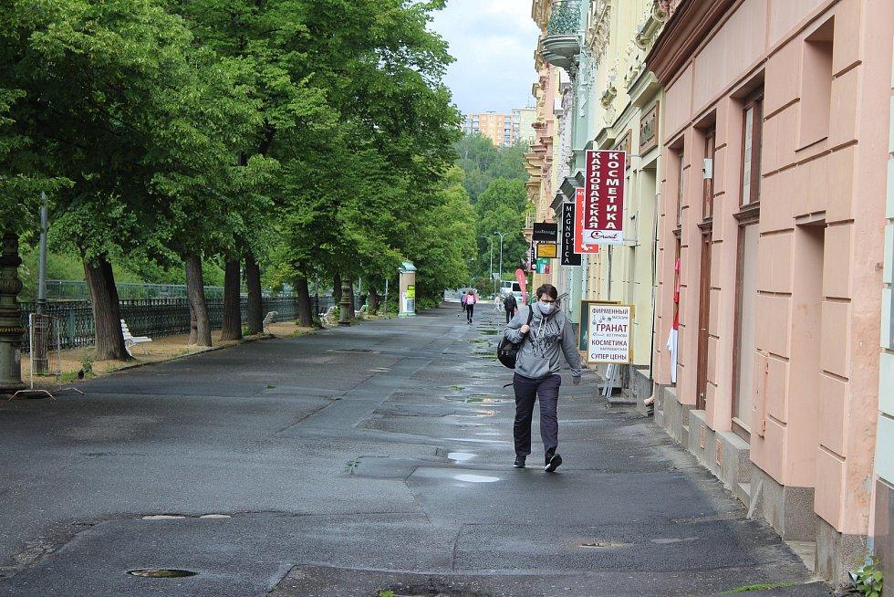 Část lázeňského území v Karlových Varech je stále téměř liduprázdná