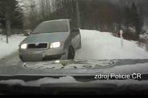 Při dopravní nehodě došlo k lehkému zranění jednoho policisty a spolujezdce z vozidla Škoda.
