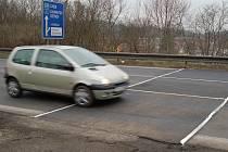 MÍSTO NA VÝJEZDU z Karlových Varů, kde ještě v úterý řidiči brzdili před vyfrézovanou dírou, bylo včera už opravené.