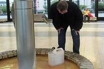 TAK TAKHLE NE. Léčivá voda se má nabírat do kalíšků.