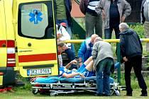 Stoper rezervy plzeňské Viktorie Pavel Štefl se ve 40. minutě utkání v Karlových Varech srazil s domácím Jardou Neradem a musela pro něj přijet sanitka.