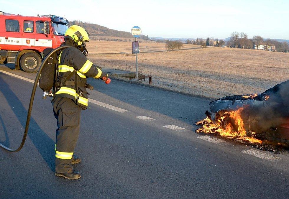 Během jízdy začalo hořet osobní auto