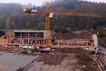 Výstavba plaveckého bazénu v Karlových Varech se prodraží téměř o půl milionu korun.