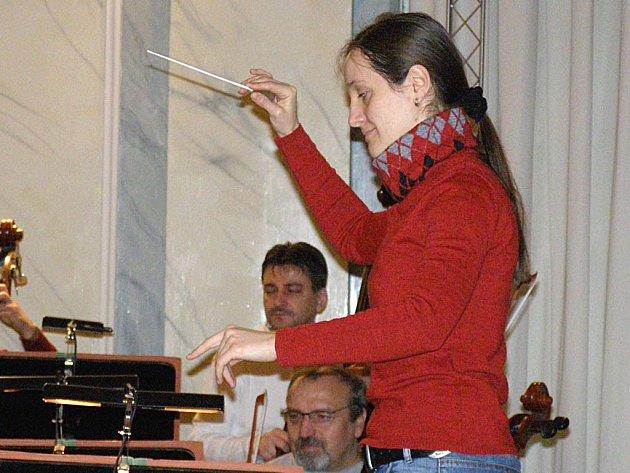 ŠEST MLADÝCH DIRIGENTŮ z různých zemí světa se při pátečním koncertu v Lázních III vystřídá za dirigentským pultem Karlovarského symfonického orchestru. Jednou z účastnic je i Olivera Barac (na snímku).