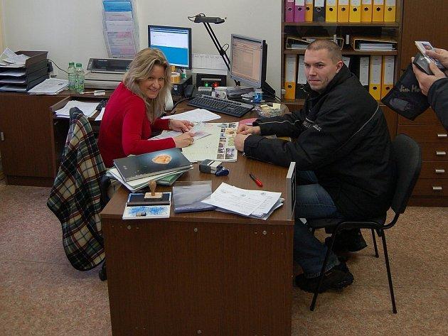 ÚŘEDNÍCI SE NENUDÍ. Každý den si přichází vyměnit řidičské průkazy stovky motoristů. Jedním z nich byl i Zdeněk Bašta.