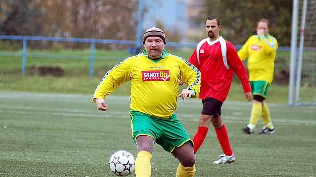 V dalším kole čtvrté fotbalové třídy přestříleli hráči nováčka TJ Dvory (ve žlutém) nevyzpypatelný tým Stružné (v červeném) v poměru 4:3.