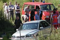 Na místo vraždy, která se před časem udála v Sadově, se sjely nejenom policejní týmy z Karlovarska, ale i ´mordparta´z Plzně. Pachatel byl dopaden. Vloni policie odhalila také všechny vrahy. Bylo jich pět.