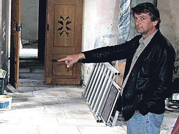 Robert Petro, starosta Horní Blatné, ve hřbitovní kapli.