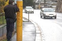 Strážník městské policie kontroluje rychlost v Bezručově ulici.