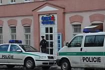 Pobočku České spořitelny v Karlových Varech - Staré Roli přepadl se zbraní v ruce v pondělí 18. ledna zatím neznámý pachatel