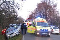 Vraky obou aut skončily po nehodě u hřbitova v odvodňovacím příkopu.
