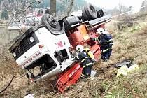 O obrovském štěstí mluvili i samotní hasiči, kteří zasahovali u nehody. Jen vzrostlé stromy zabránily dalšímu pádu automobilové vysokozdvižné plošiny.