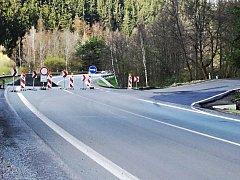 Objízdnou trasu bylo možné vést po staré krajské silnici v těsném sousedství opravované komunikace.