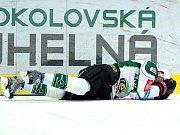 Hokejisté karlovarské Energie (v bílém) si to rozdali v posledním utkání baráže s Motorem České Budějovice.