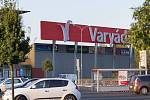 Kasárna zmizela i z ulice Kapitána Jaroše v Karlových Varech, místo nich stojí nákupní centrum Varyáda.