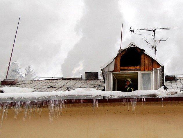 Oheň poničil ve středu 22. prosince střechu v Březové u Karlových Varů