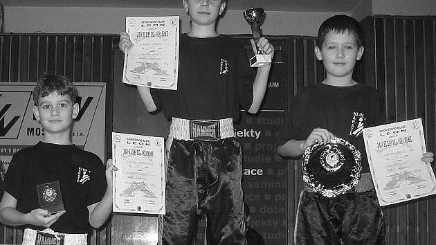 Suverénním vítězstvím karlovarských nadějí skončila v Mostě soutěž v light kontaktu mladších žáků do 35 kg. Zlato bral nejstarší z nich, 11letý Matěj Lanczman, stříbro 10letý Šimon Chlapovič (vpravo) a bronz osmiletý Ríša Stránský.
