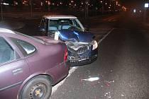 Viník nehody dvou vozidel ujel