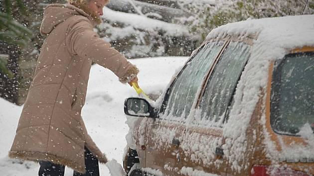 Nepříjemná nadílka. Sníh a zároveň vítr způsobují v těchto dnech řidičům velké problémy. Výjezd do hor bez zimních pneumatik se tak rovná obrovskému riziku.