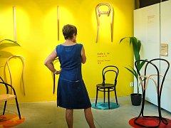 Výstavu Kdo má židli, ten bydlí můžete v karlovarské galerii SUPERMARKET wc vidět až do 27. září.