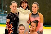 Trenérka Miroslava Špičková (uprostřed) se závodnicemi dcerou Annou, Kristinou Bernatovou a dole Klárou Tamchynovou a Zuzanou Rubášovou.