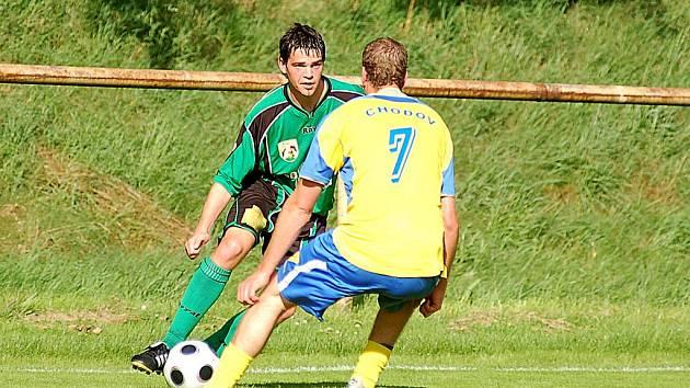V sobotu se v utkání 14. kola fotbalové divize střetnou týmy Spartaku Chodov a Baníku Sokolov B. Zopakují se tak přípravné utkání z léta, kdy se z výhry 4:1 radovali hráči sokolovské juniorky (v zeleném).