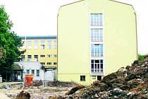 REKONSTRUKCÍ prochází i část gymnázia v Karlových Varech.
