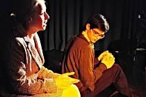 ÚČASTNÍKEM jubilejního 10. ročníku mezinárodního divadelního festivalu Ostrovské soukání je i místní soubor HOP-HOP.
