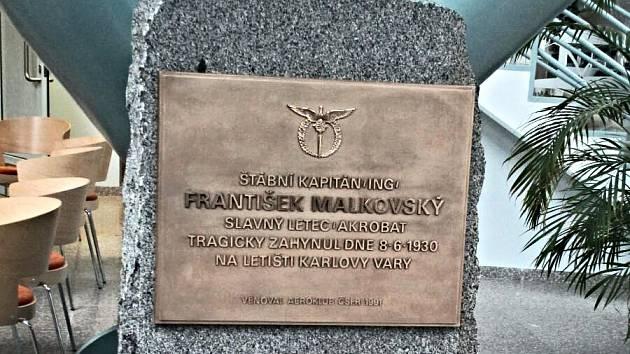 Obnovený pomník ve vstupní budově karlovarského letiště.