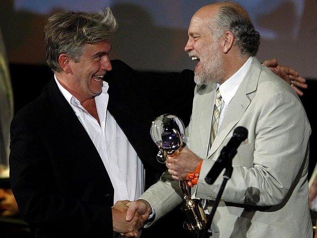 Režisér Frederic Dumont převzal Velkou cenu – Křišťálový globus za film Anděl u moře z rukou Johna Malkoviche (vpravo) při závěrečném ceremoniálu 44. ročníku Mezinárodního filmového festivalu.