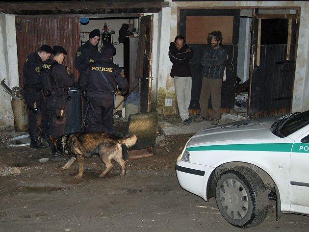 PŮLNOČNÍ PŘEKVAPENÍ. Dvojici bezdomovců (na snímku vpravo) v jedné z garáží v Jabloňové ulici policisté probudili. Po důkladné lustraci jak obou osob, tak jejich příbytku, se mohli oba muži opět uložit ke spánku. Jinak byl v této problémové lokalitě klid.