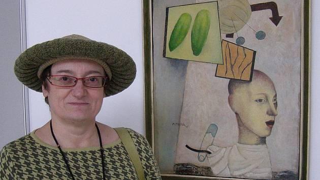 Spoluautorka výstavy, dcera Emily a Mikuláše Medkových dr. Eva Kosáková u 'Bílého obrazu' jejího otce z r. 1945. Obraz namaloval Mikuláš Medek ve svých 19 letech, byl dlouho považován za ztracený a objevil se až v 90. letech v Západočeské galerii v Plzni.