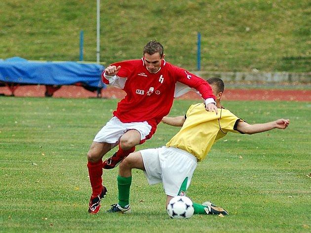 V osmém kole okresního přeboru uhrála Slavia Junior (ve žlutém) na domácí půdě nerozhodný výsledek s nejdeckou rezervou.