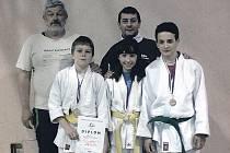 Na snímku jsou (zleva) trenéři Ladislav Junek a Josef Bezpalec a trio medailistů Pavel Studený, Katka Zachová a Honza Marek.