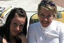 Cyklistka Lada Kozlíková (vpravo) si dopřává dva týdny volna před začátkem přípravy na olympijské hry. Dovolenou tráví v Radium Palace v Jáchymově se sestrou Bárou.