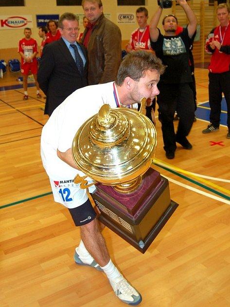 S mistrovským pohárem kapitán Petr Gulda.