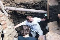 Sonda číslo 3. Nejzajímavější místo které bylo letos odkryto. Takzvané kvádříkové zdivo (kamenné bloky zcela vpravo) pochází ze 13. století.