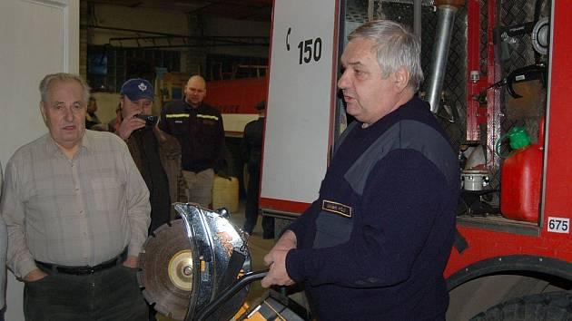 Tašovičtí hasiči o uplynulém víkendu představili novinky zbrojnice i bývalým členům sboru.