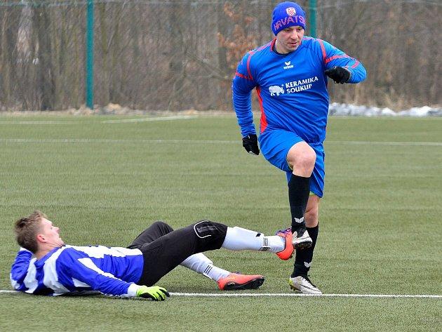 Starorolští fotbalisté (v modrém) udolali na zimním turnaji v Ostrově v poměru 3:2 tým Merklína (v pruhovaném).