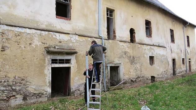 Nadšenci ze spolku Živý zámek Toužim se starají o zámek a jeho okolí.