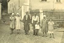Komárov, bývalá rychta a  krčma čp. 12 (cca 1935), rodina Fechterů.