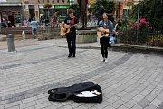 Vystoupení pouličních umělců v Karlových Varech. Zahrála tady například kapela Her English Blood.